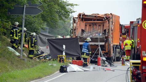 Müllabfuhr Bad Salzuflen by 5 Tote M 252 Llwagen Kippt Auf Auto In Nagold Im Kreis Calw