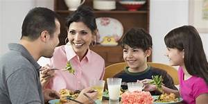 the one thing all parents should stop doing at dinnertime