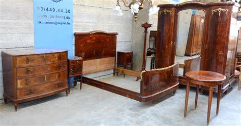 tapisserie chambre gar輟n een slaapkamer gefineerd hout bestaande uit een tweepersoonsbed twee nachtkastjes met marmeren blaadjes een grote driedeursgarderobe een