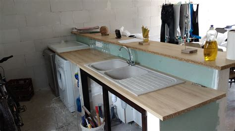 comment fixer un meuble de cuisine au mur comment fixer un plan de travail au mur maison design