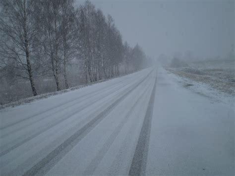 Ilgstošas snigšanas un sniegputeņa laikā jārēķinās ar ...