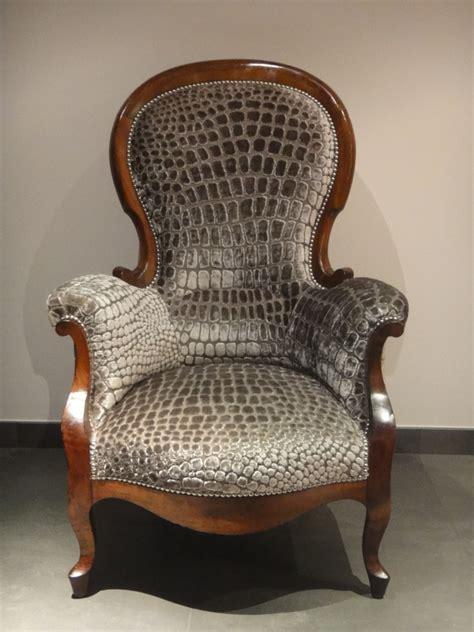 comment nettoyer un fauteuil en tissu velours tapisserie ameublement et restauration mobilier le fauteuil crapaud qui se prenait pour un croco