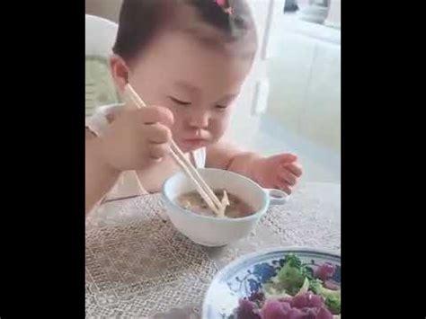 Sumpit Sumpit Makan Bayi anak jepang makan pakai sumpit sangat pintar