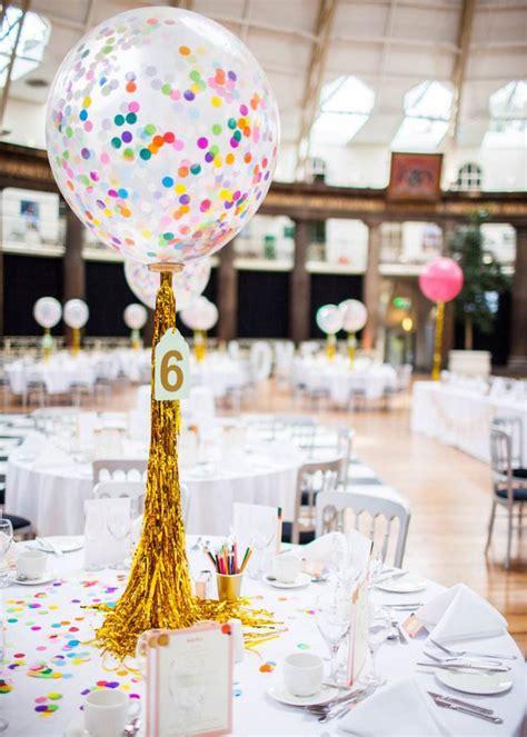 les ballons transparents remplis de confettis font
