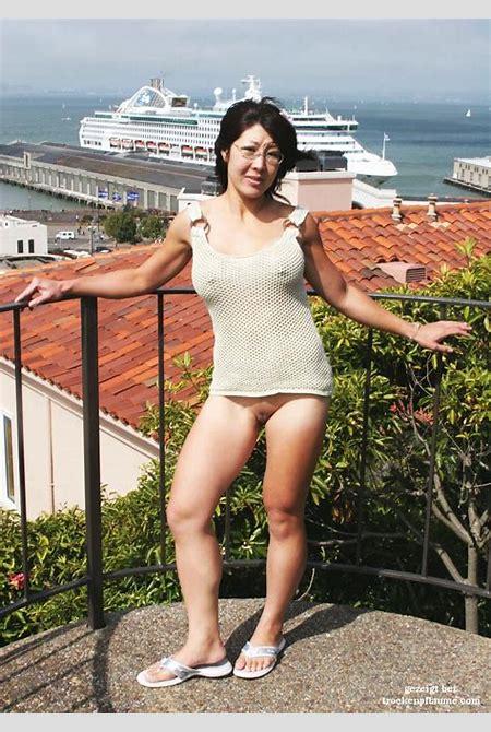 reife japanische Frau zeigt sich nackt auf der Strasse - Pornoseite für reife Frauen