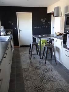 Sol carreaux de ciment avec creation d39une zone tapis en for Tapis couloir avec canapé au sol modulable