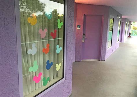 super fun tips  decorating  disney resort window