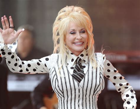 But Dolly debuted her fanciest wig for a live performance ...