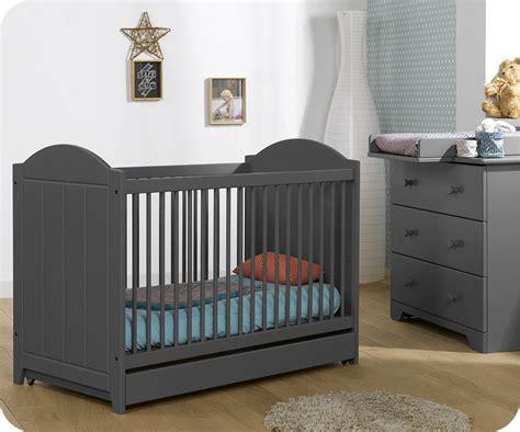 chambre bebe gris mini chambre nature gris anthracite avec plan à langer