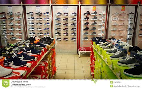 scaffali per scarpe visualizzazione con scarpe pattini molte scaffali tennis