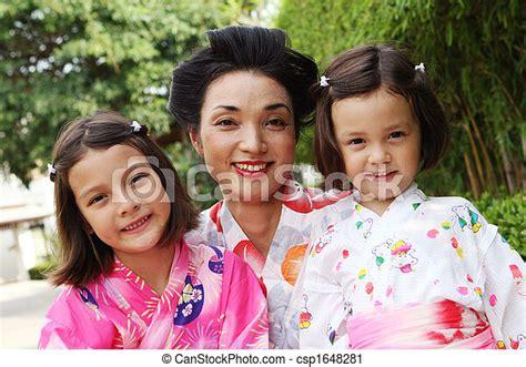 Familia Japonesa Retrato De Una Madre Japonesa Con Sus