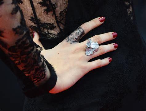 mini tatuaggi sulle dita la tendenza che spopola foto