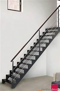 Kit Led Escalier : montee d escalier trendy ultra moderne la cage duescalier aux murs blancs avec sa rampe en bois ~ Melissatoandfro.com Idées de Décoration