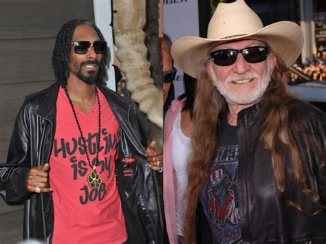 smokes  weed willie nelson  snoop dogg laist