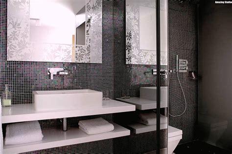 fliesen schachbrett schwarz weiss mosaik fliesen badezimmer schwarz weiss waschbecken rechteckig abgerundet armatur