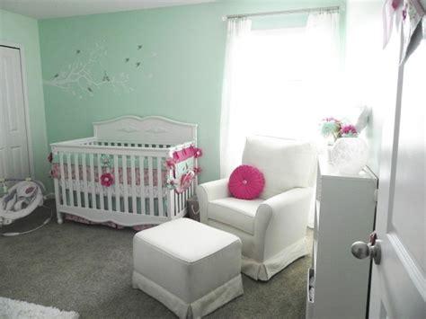 chambre vert d eau chambre bébé fille en nuances de vert inspirantes