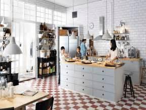 cuisine americaine avec ilot central et plan de travail bois