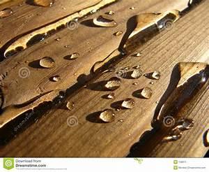 Holz Versiegeln Gegen Wasser : wasser auf holz stockbild bild von tropfen wasser ~ Lizthompson.info Haus und Dekorationen