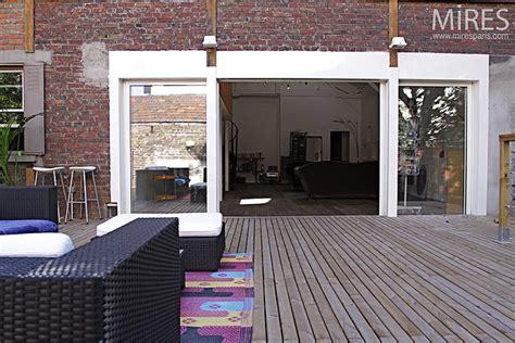 mur de briques  terrasse de bois  mires paris