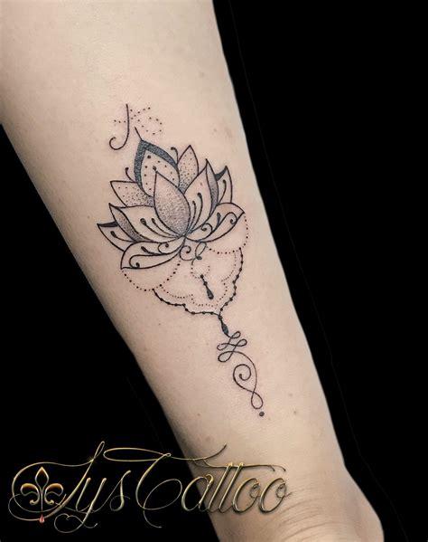 tatouage avant bras poignet femme fleur de lotus type