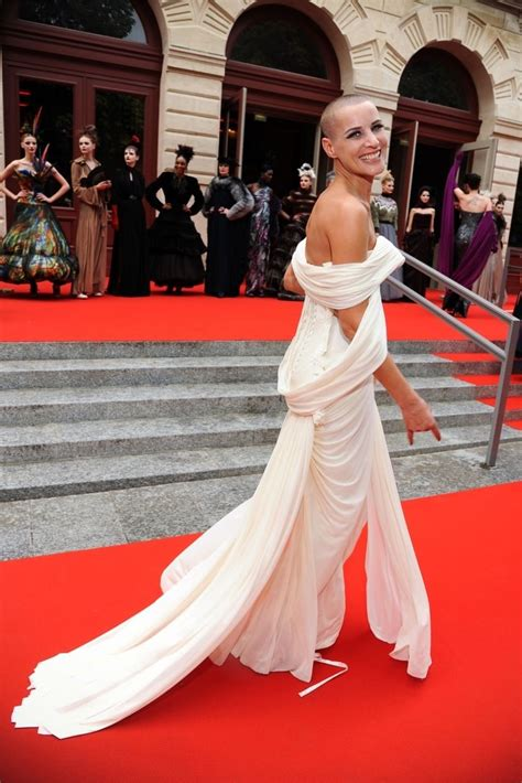 pin  globalststyle  red carpet short hair styles