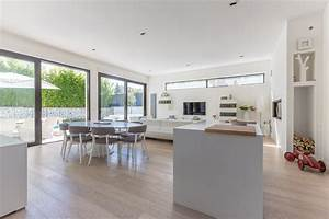 Architecture epuree et design minimaliste pour une maison for Plan de maison facade 16 sous sol avec beaux volumes bessaguet construction