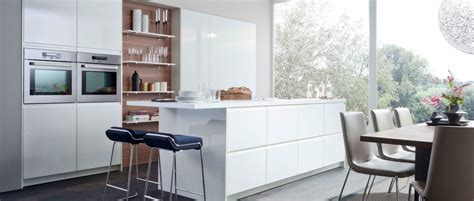 cuisine blanche brillante avec plan bar un resultant extraordinairement moderne de
