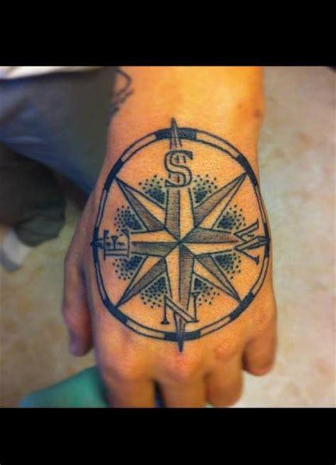 tatouage main rose des vents par power tattoo company
