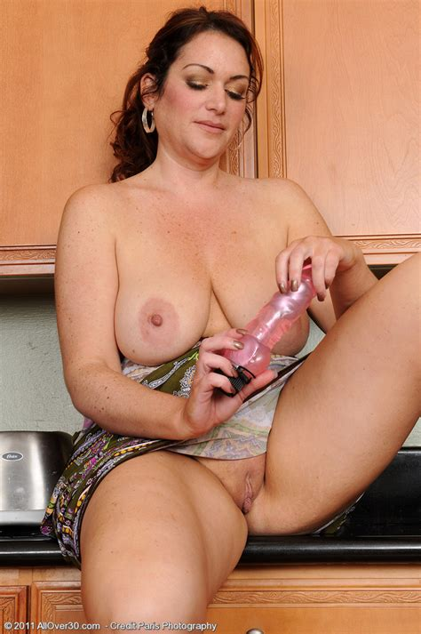 Gorgeous And Busty Milf Ryan Probes At Her 35 Year Old Pussy Pichunter