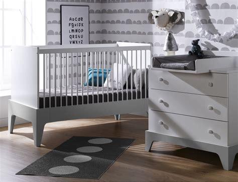 chambre bebe gris blanc chambre bébé mini commode lit plan à langer