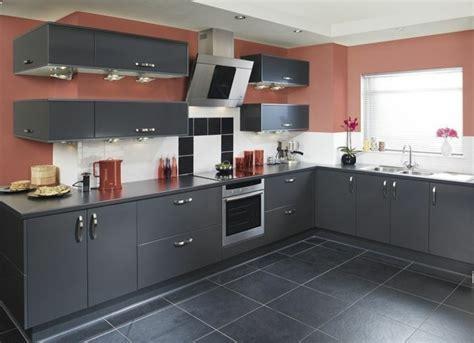 mur cuisine cuisine gris anthracite 56 idées pour une cuisine chic et moderne