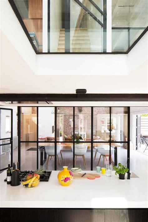 photo cuisine ouverte sur salon verrière style atelier dans un loft rénové