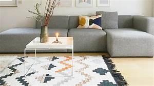 Teppich Unter Sofa : teppich ideen ~ Frokenaadalensverden.com Haus und Dekorationen