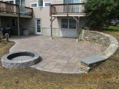 Unilock Beacon Hill Pavers by Unilock Beacon Hill Flagstone Paver With Retaining Wall