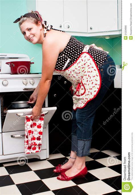 des vers dans la cuisine fille pin vers le haut dans la cuisine des ées 50 image libre de droits image 21224666