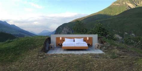 Suisse  Dormir Dehors Dans Un Vrai Lit En Plein Milieu