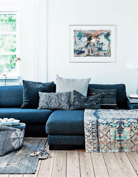 canapé ethnique salon avec un canapé gris et des coussins ethniques