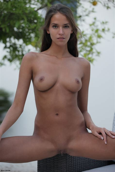 Shaved Naked Babe Silvie Deluxe With Thick Labia Wearing