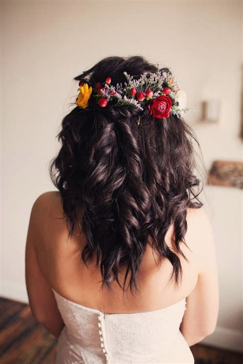soft curls and flowers keep the hair simple but still