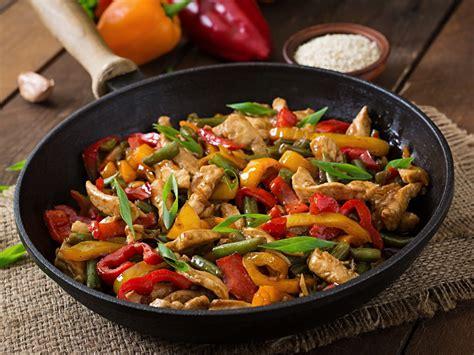 cuisine au wok poulet sauté de poulet et petits légumes au wok recette de