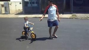 Pai ensinando o filho a andar de bicicleta - YouTube