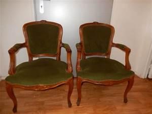 Tapisser Une Chaise : good chaises en merisier avec accoudoirs recouvertes de velours vert trs bon tat et possibilit ~ Melissatoandfro.com Idées de Décoration