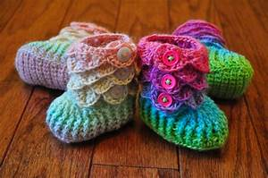 You have to see Crocodile Stitch Rainbow Booties on Craftsy!
