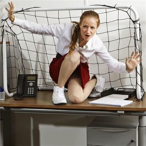 femme de m age bureau les exercices fitness faciles à faire pour se muscler au