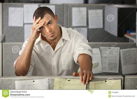 employe de bureau employé de bureau de sexe masculin surchargé