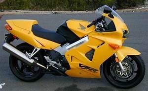 2000 Honda Vfr800 Interceptor Vs  1998 Yamaha R1  A Strange Shoot Out