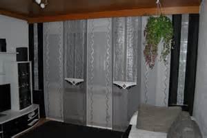 wohnzimmer schiebevorhang in weiß silber und grau mit dunklen seitenschals http www - Wohnzimmer Deko Grau Wei