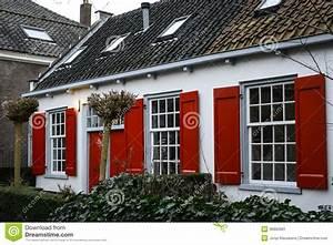 Haus Mit Fensterläden : haus mit roten fensterl den stockbild bild 36893981 ~ Eleganceandgraceweddings.com Haus und Dekorationen