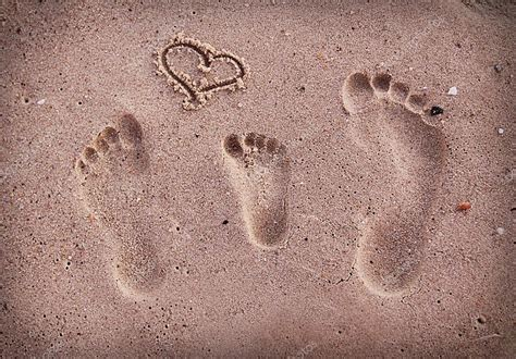 familie fussspuren im sand  meer stockfoto  kostia