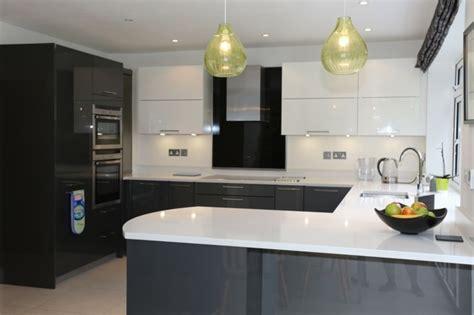 cuisine en et blanc cuisine gris anthracite 56 idées pour une cuisine chic